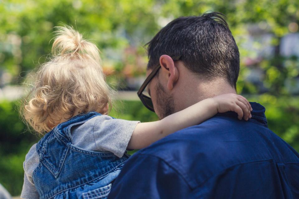 赤ちゃんは大人との接触で成長する 触れ合いが人生最初の教育
